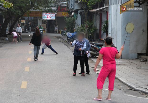 Ảnh: Bất chấp đang trong thời gian cách ly xã hội, các tuyến phố Hà Nội bỗng tấp nập dù không phải giờ cao điểm, nhiều bạn trẻ rủ nhau ra ngoài hẹn hò - Ảnh 17.
