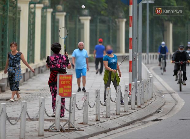 Ảnh: Bất chấp đang trong thời gian cách ly xã hội, các tuyến phố Hà Nội bỗng tấp nập dù không phải giờ cao điểm, nhiều bạn trẻ rủ nhau ra ngoài hẹn hò - Ảnh 20.