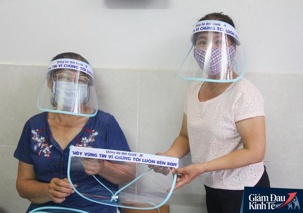 Gặp nữ tiểu thương Sài Gòn xuất hiện trên loạt báo quốc tế khi cùng nhóm bạn tự làm hơn 1.500 chiếc mặt nạ ngăn giọt bắn, tặng các y bác sĩ chống dịch Covid-19 - Ảnh 20.