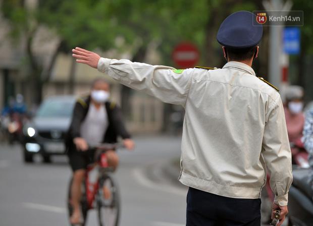 Ảnh: Bất chấp đang trong thời gian cách ly xã hội, các tuyến phố Hà Nội bỗng tấp nập dù không phải giờ cao điểm, nhiều bạn trẻ rủ nhau ra ngoài hẹn hò - Ảnh 22.