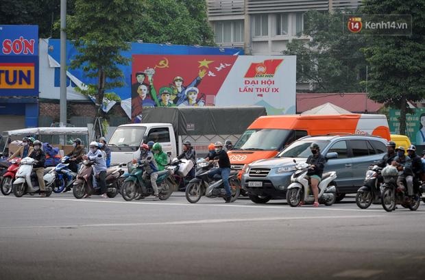 Ảnh: Bất chấp đang trong thời gian cách ly xã hội, các tuyến phố Hà Nội bỗng tấp nập dù không phải giờ cao điểm, nhiều bạn trẻ rủ nhau ra ngoài hẹn hò - Ảnh 23.
