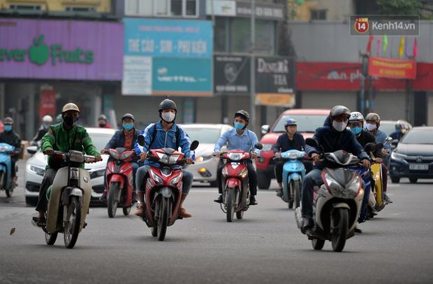 Ảnh: Bất chấp đang trong thời gian cách ly xã hội, các tuyến phố Hà Nội bỗng tấp nập dù không phải giờ cao điểm, nhiều bạn trẻ rủ nhau ra ngoài hẹn hò - Ảnh 24.