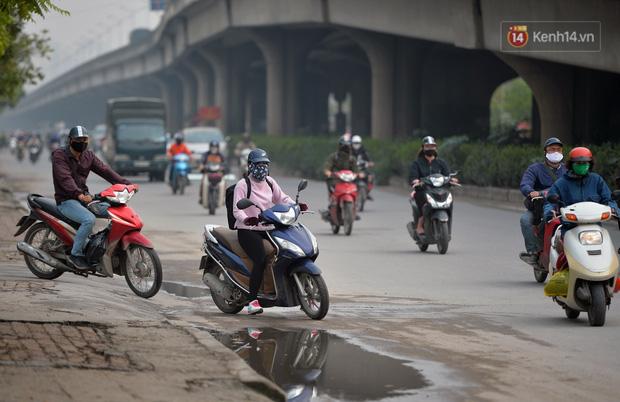 Ảnh: Bất chấp đang trong thời gian cách ly xã hội, các tuyến phố Hà Nội bỗng tấp nập dù không phải giờ cao điểm, nhiều bạn trẻ rủ nhau ra ngoài hẹn hò - Ảnh 25.
