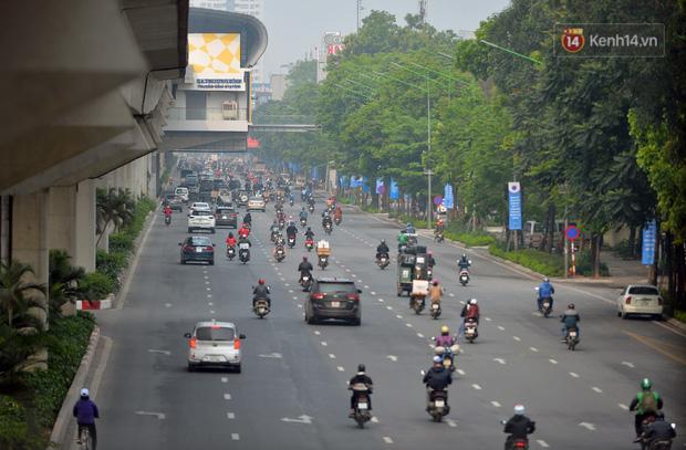 Ảnh: Bất chấp đang trong thời gian cách ly xã hội, các tuyến phố Hà Nội bỗng tấp nập dù không phải giờ cao điểm, nhiều bạn trẻ rủ nhau ra ngoài hẹn hò - Ảnh 26.