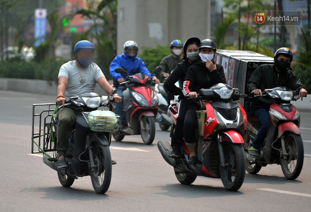 Ảnh: Bất chấp đang trong thời gian cách ly xã hội, các tuyến phố Hà Nội bỗng tấp nập dù không phải giờ cao điểm, nhiều bạn trẻ rủ nhau ra ngoài hẹn hò - Ảnh 27.