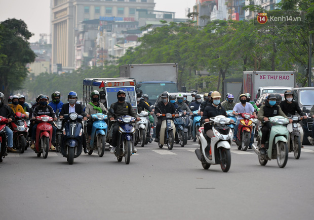 Ảnh: Bất chấp đang trong thời gian cách ly xã hội, các tuyến phố Hà Nội bỗng tấp nập dù không phải giờ cao điểm, nhiều bạn trẻ rủ nhau ra ngoài hẹn hò - Ảnh 28.