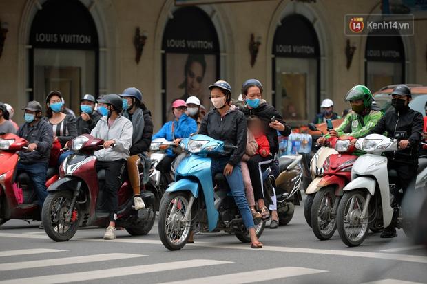 Ảnh: Bất chấp đang trong thời gian cách ly xã hội, các tuyến phố Hà Nội bỗng tấp nập dù không phải giờ cao điểm, nhiều bạn trẻ rủ nhau ra ngoài hẹn hò - Ảnh 29.
