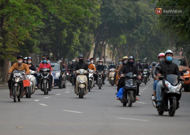 Ảnh: Bất chấp đang trong thời gian cách ly xã hội, các tuyến phố Hà Nội bỗng tấp nập dù không phải giờ cao điểm, nhiều bạn trẻ rủ nhau ra ngoài hẹn hò - Ảnh 30.