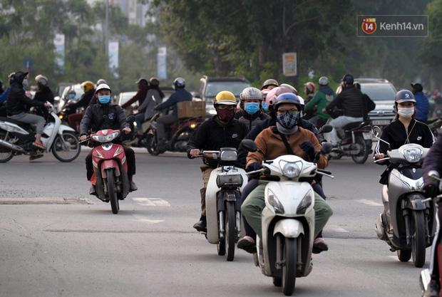 Ảnh: Bất chấp đang trong thời gian cách ly xã hội, các tuyến phố Hà Nội bỗng tấp nập dù không phải giờ cao điểm, nhiều bạn trẻ rủ nhau ra ngoài hẹn hò - Ảnh 31.