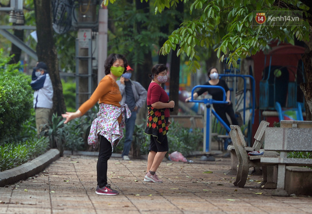 Ảnh: Bất chấp đang trong thời gian cách ly xã hội, các tuyến phố Hà Nội bỗng tấp nập dù không phải giờ cao điểm, nhiều bạn trẻ rủ nhau ra ngoài hẹn hò - Ảnh 5.