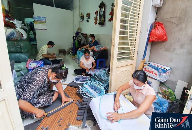 Gặp nữ tiểu thương Sài Gòn xuất hiện trên loạt báo quốc tế khi cùng nhóm bạn tự làm hơn 1.500 chiếc mặt nạ ngăn giọt bắn, tặng các y bác sĩ chống dịch Covid-19 - Ảnh 4.