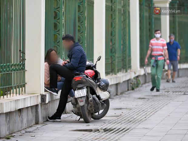 Ảnh: Bất chấp đang trong thời gian cách ly xã hội, các tuyến phố Hà Nội bỗng tấp nập dù không phải giờ cao điểm, nhiều bạn trẻ rủ nhau ra ngoài hẹn hò - Ảnh 32.
