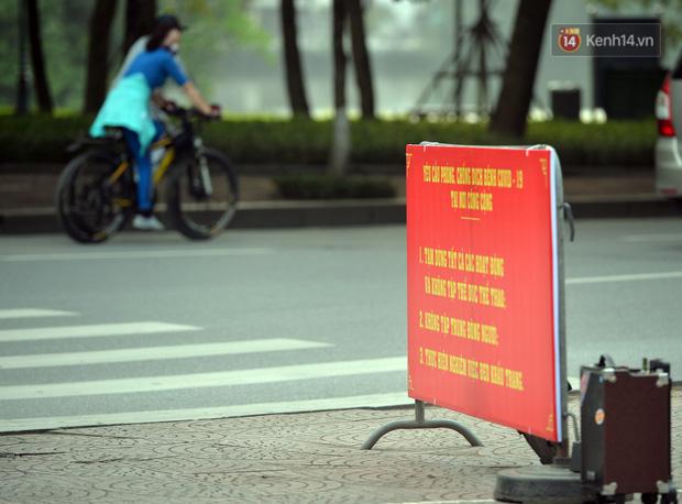 Ảnh: Bất chấp đang trong thời gian cách ly xã hội, các tuyến phố Hà Nội bỗng tấp nập dù không phải giờ cao điểm, nhiều bạn trẻ rủ nhau ra ngoài hẹn hò - Ảnh 33.