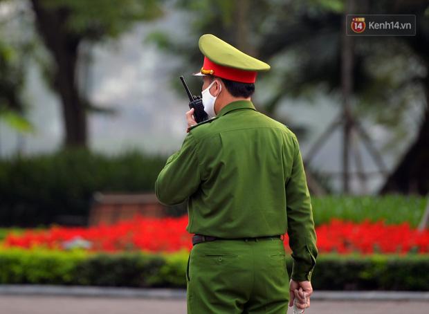 Ảnh: Bất chấp đang trong thời gian cách ly xã hội, các tuyến phố Hà Nội bỗng tấp nập dù không phải giờ cao điểm, nhiều bạn trẻ rủ nhau ra ngoài hẹn hò - Ảnh 34.