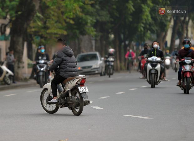 Ảnh: Bất chấp đang trong thời gian cách ly xã hội, các tuyến phố Hà Nội bỗng tấp nập dù không phải giờ cao điểm, nhiều bạn trẻ rủ nhau ra ngoài hẹn hò - Ảnh 35.