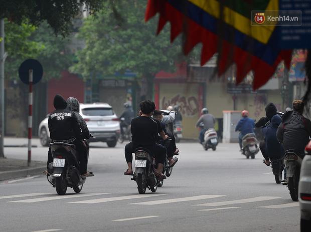 Ảnh: Bất chấp đang trong thời gian cách ly xã hội, các tuyến phố Hà Nội bỗng tấp nập dù không phải giờ cao điểm, nhiều bạn trẻ rủ nhau ra ngoài hẹn hò - Ảnh 36.