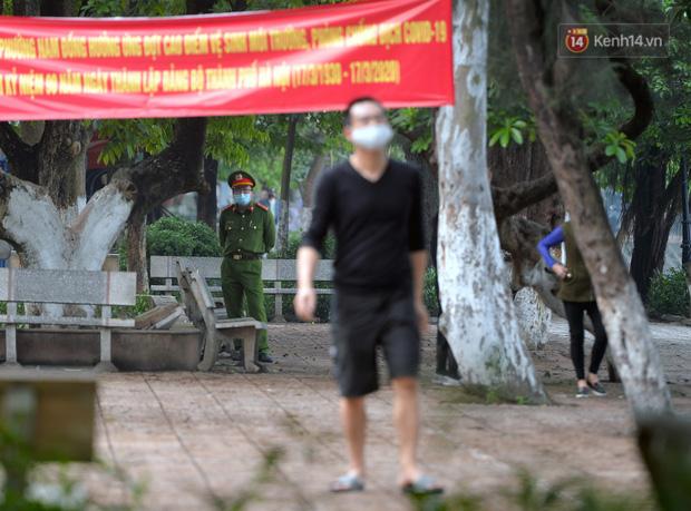 Ảnh: Bất chấp đang trong thời gian cách ly xã hội, các tuyến phố Hà Nội bỗng tấp nập dù không phải giờ cao điểm, nhiều bạn trẻ rủ nhau ra ngoài hẹn hò - Ảnh 6.