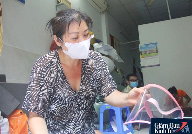 Gặp nữ tiểu thương Sài Gòn xuất hiện trên loạt báo quốc tế khi cùng nhóm bạn tự làm hơn 1.500 chiếc mặt nạ ngăn giọt bắn, tặng các y bác sĩ chống dịch Covid-19 - Ảnh 7.
