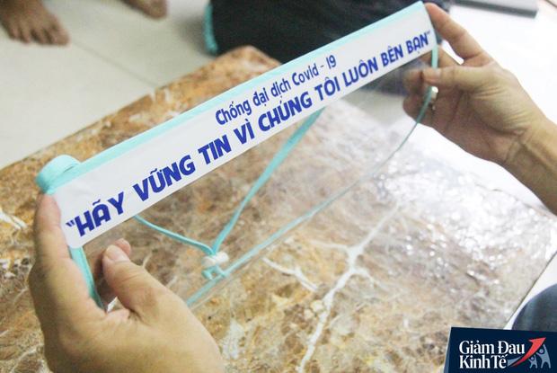 Gặp nữ tiểu thương Sài Gòn xuất hiện trên loạt báo quốc tế khi cùng nhóm bạn tự làm hơn 1.500 chiếc mặt nạ ngăn giọt bắn, tặng các y bác sĩ chống dịch Covid-19 - Ảnh 8.