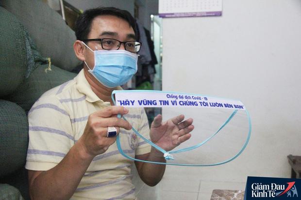 Gặp nữ tiểu thương Sài Gòn xuất hiện trên loạt báo quốc tế khi cùng nhóm bạn tự làm hơn 1.500 chiếc mặt nạ ngăn giọt bắn, tặng các y bác sĩ chống dịch Covid-19 - Ảnh 10.