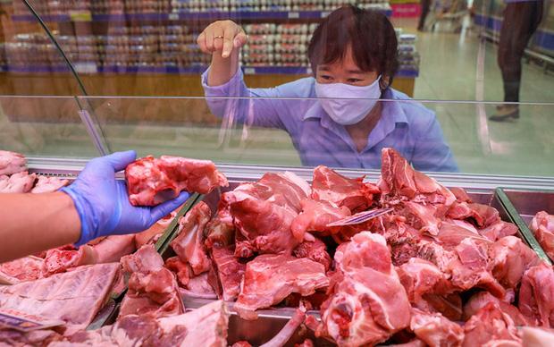 Chủ nhật 10/5: Giá thịt lợn tại các chợ dân sinh vẫn cao, người tiêu dùng đỏ mắt mong ngày giảm giá - Ảnh 1.