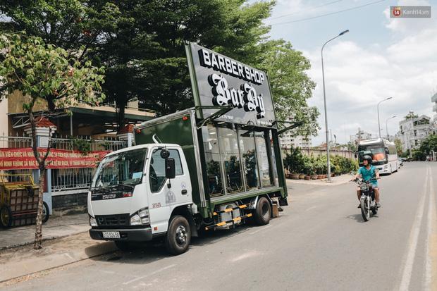 Độc đáo xe cắt tóc lưu động tiền tỷ ở Sài Gòn, khách chỉ cần trả phí bằng... nụ cười tươi - Ảnh 1.