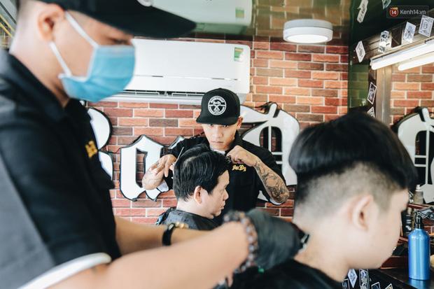 Độc đáo xe cắt tóc lưu động tiền tỷ ở Sài Gòn, khách chỉ cần trả phí bằng... nụ cười tươi - Ảnh 15.