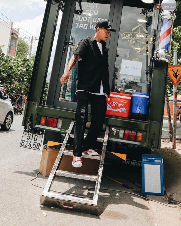 Độc đáo xe cắt tóc lưu động tiền tỷ ở Sài Gòn, khách chỉ cần trả phí bằng... nụ cười tươi - Ảnh 7.