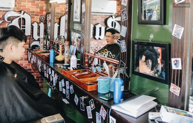 Độc đáo xe cắt tóc lưu động tiền tỷ ở Sài Gòn, khách chỉ cần trả phí bằng... nụ cười tươi - Ảnh 10.