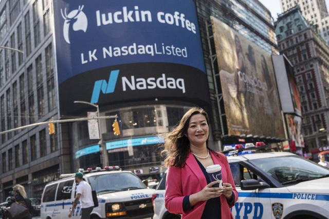 'Starbucks của Trung Quốc' Luckin Coffee sa thải cả CEO và COO sau bê bối ngụy tạo doanh thu - Ảnh 1.