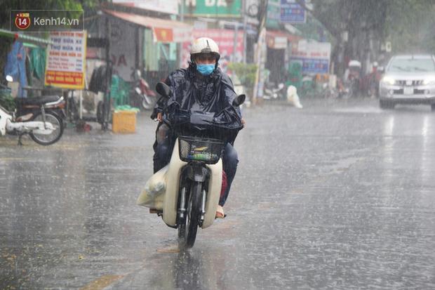 Ảnh: Cơn mưa vàng xối xả giải nhiệt cho Sài Gòn từ sáng sớm, chấm dứt chuỗi ngày nắng nóng kinh hoàng - Ảnh 1.