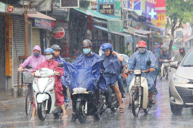 Ảnh: Cơn mưa vàng xối xả giải nhiệt cho Sài Gòn từ sáng sớm, chấm dứt chuỗi ngày nắng nóng kinh hoàng - Ảnh 15.