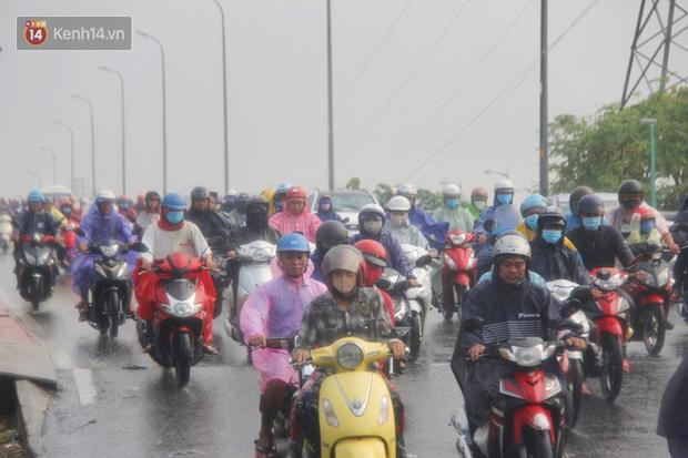 Ảnh: Cơn mưa vàng xối xả giải nhiệt cho Sài Gòn từ sáng sớm, chấm dứt chuỗi ngày nắng nóng kinh hoàng - Ảnh 4.