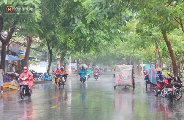 Ảnh: Cơn mưa vàng xối xả giải nhiệt cho Sài Gòn từ sáng sớm, chấm dứt chuỗi ngày nắng nóng kinh hoàng - Ảnh 9.
