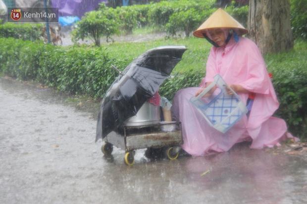 Ảnh: Cơn mưa vàng xối xả giải nhiệt cho Sài Gòn từ sáng sớm, chấm dứt chuỗi ngày nắng nóng kinh hoàng - Ảnh 10.