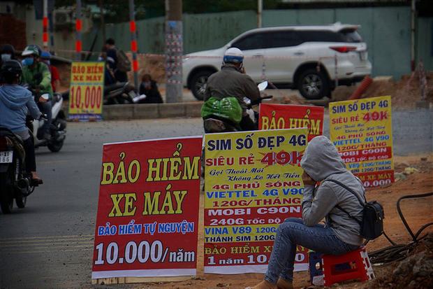 Bảo hiểm xe máy 10.000 đồng mọc lên như nấm ở lề đường Sài Gòn, người mua nguy cơ tiền mất tật mang - Ảnh 1.