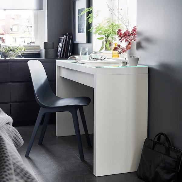 Những chiếc bàn làm việc màu trắng làm sáng không gian - Ảnh 8.