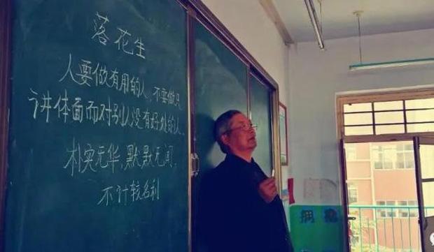 Tiết học cuối cùng của thầy giáo già trước khi về hưu giữa mùa dịch: Dạy học suốt 43 năm nhưng cuối cùng lại chẳng có ai để nói tạm biệt - Ảnh 1.