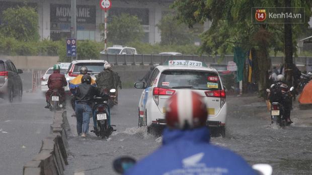 TP.HCM: Rốn ngập Nguyễn Hữu Cảnh lênh láng như sông sau trận mưa trắng trời - Ảnh 11.