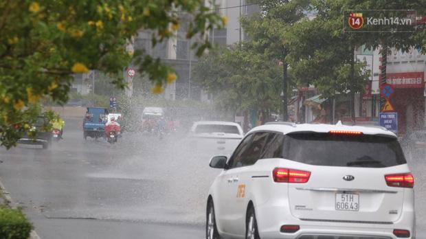 TP.HCM: Rốn ngập Nguyễn Hữu Cảnh lênh láng như sông sau trận mưa trắng trời - Ảnh 13.