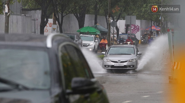 TP.HCM: Rốn ngập Nguyễn Hữu Cảnh lênh láng như sông sau trận mưa trắng trời - Ảnh 14.