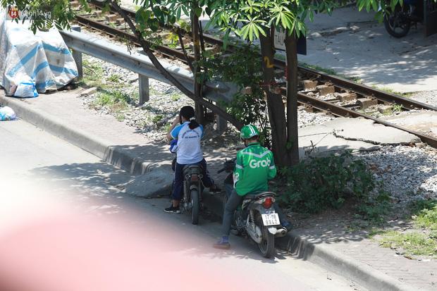 Hà Nội: Sinh viên nhăn mặt, người lao động oằn mình di chuyển dưới nắng nóng như thiêu đốt - Ảnh 15.