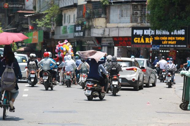 Hà Nội: Sinh viên nhăn mặt, người lao động oằn mình di chuyển dưới nắng nóng như thiêu đốt - Ảnh 20.