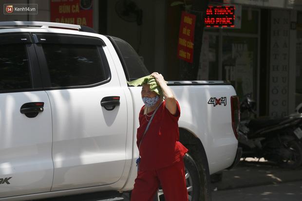 Hà Nội: Sinh viên nhăn mặt, người lao động oằn mình di chuyển dưới nắng nóng như thiêu đốt - Ảnh 23.