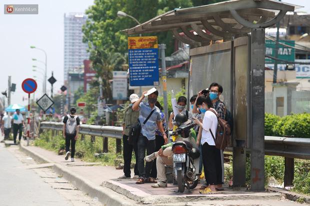 Hà Nội: Sinh viên nhăn mặt, người lao động oằn mình di chuyển dưới nắng nóng như thiêu đốt - Ảnh 24.