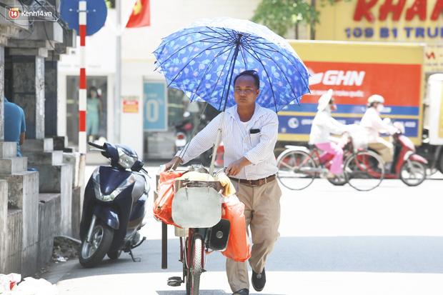 Hà Nội: Sinh viên nhăn mặt, người lao động oằn mình di chuyển dưới nắng nóng như thiêu đốt - Ảnh 25.