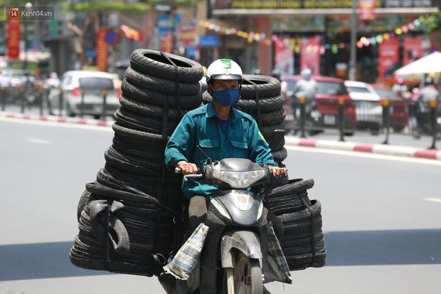 Hà Nội: Sinh viên nhăn mặt, người lao động oằn mình di chuyển dưới nắng nóng như thiêu đốt - Ảnh 4.