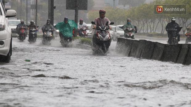 TP.HCM: Rốn ngập Nguyễn Hữu Cảnh lênh láng như sông sau trận mưa trắng trời - Ảnh 8.