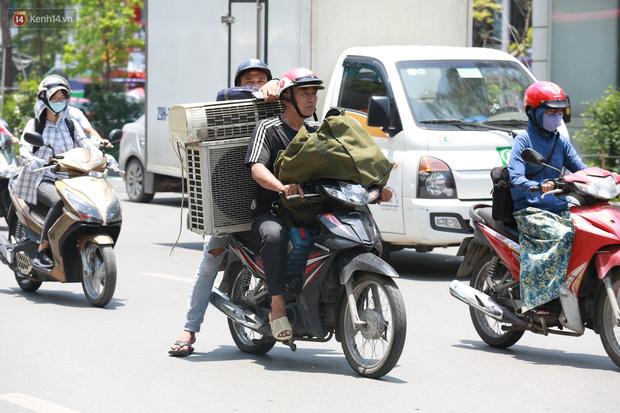Hà Nội: Sinh viên nhăn mặt, người lao động oằn mình di chuyển dưới nắng nóng như thiêu đốt - Ảnh 9.