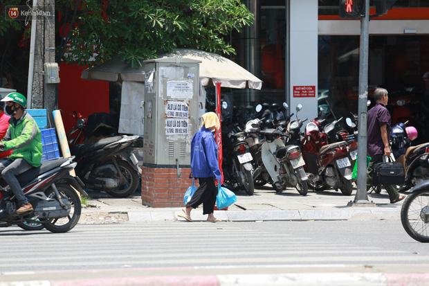 Hà Nội: Sinh viên nhăn mặt, người lao động oằn mình di chuyển dưới nắng nóng như thiêu đốt - Ảnh 10.